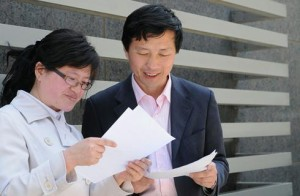 Lawyers Liu Wei and Tang Jitian review papers in April 2010